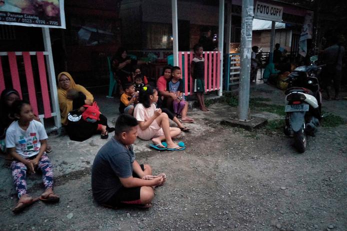 Bewoners zijn uit hun huizen gekomen na de aardbeving op de Molukken, afgelopen zondag.