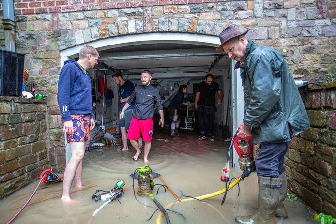 BEERSEL: Dworp Gravenhoflaan Gravenhof: Andrea Borges en Dimitri Pitsaer kregen hulp van vrienden en buren om de kelder leeg te pompen.