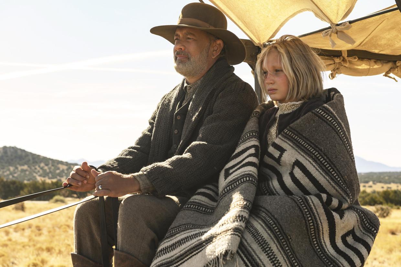 Tom Hanks en Helena Zengel in een gevoelige western die knipoogt naar de actualiteit.  Beeld Photo News
