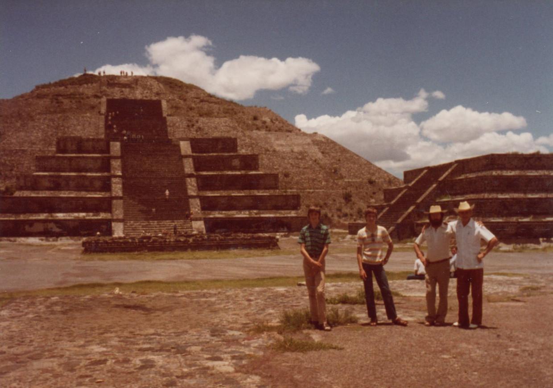 Walter met zijn zonen en broer Jules voor de piramide van de Maan.   Beeld Archief