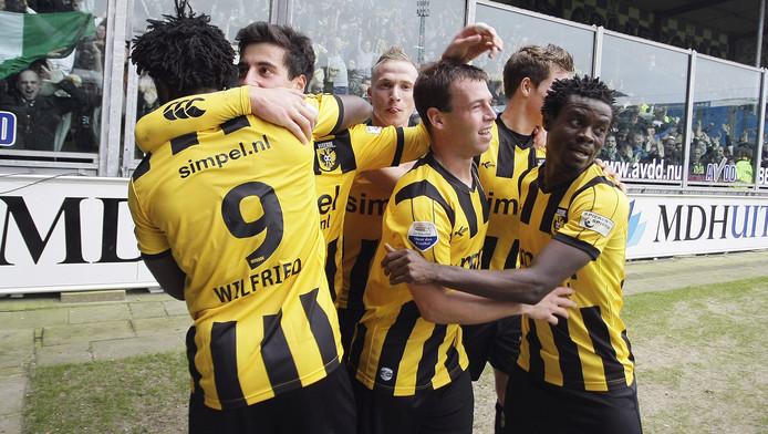 Vitesse heeft een flink aantal spelers van buiten de EU. Hier Bony (9), Chanturia (tweede van links) en Annan (rechts).
