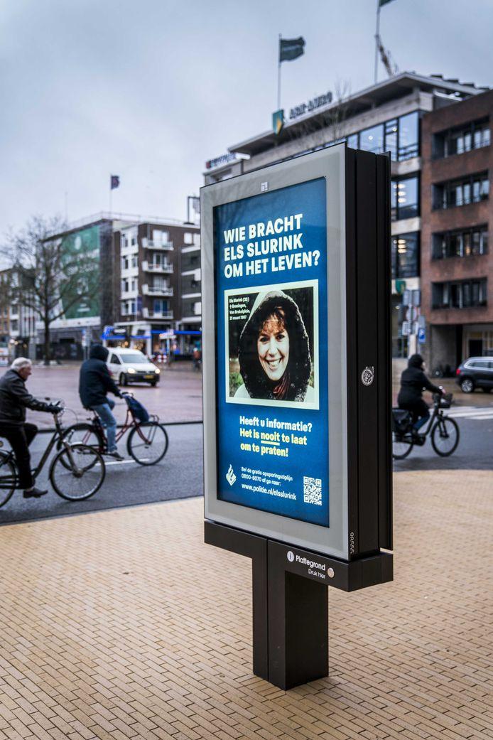 Met een abri voorzien van een poster met een portretfoto van Els Slurink vraagt de politie aandacht voor de zaak rond de moord op de Groningse.