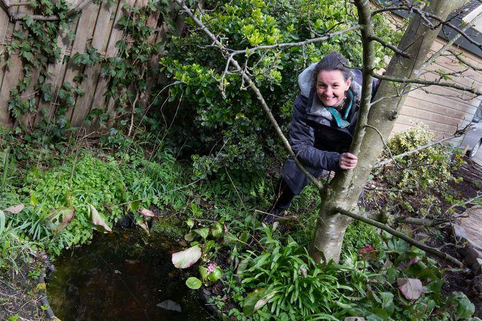 Emmanuelle van Tuijn in haar achtertuin