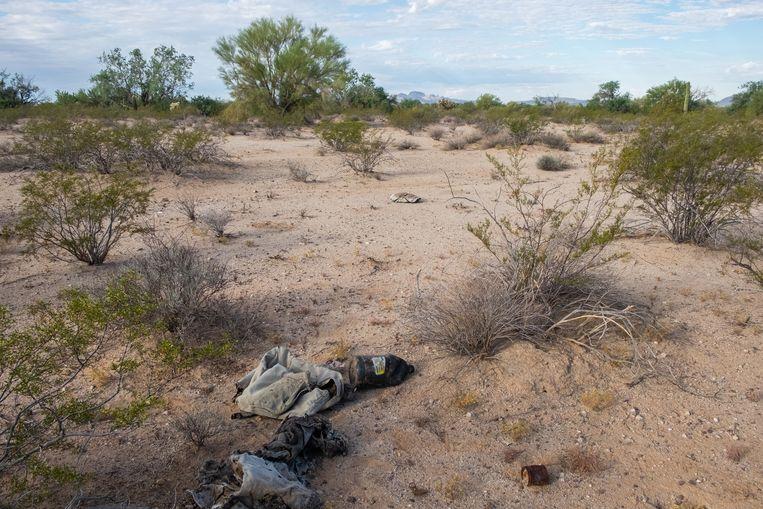 Lege flessen en onnodige spullen worden door migranten achtergelaten in het grensgebied tussen de VS en Mexico. Beeld Eline van Nes