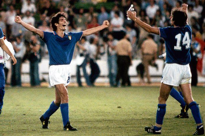 Paolo Rossi (l) en Marco Tardelli vieren de WK-titel van Italië in 1982 na de 3-1 winst op West-Duitsland in Madrid.