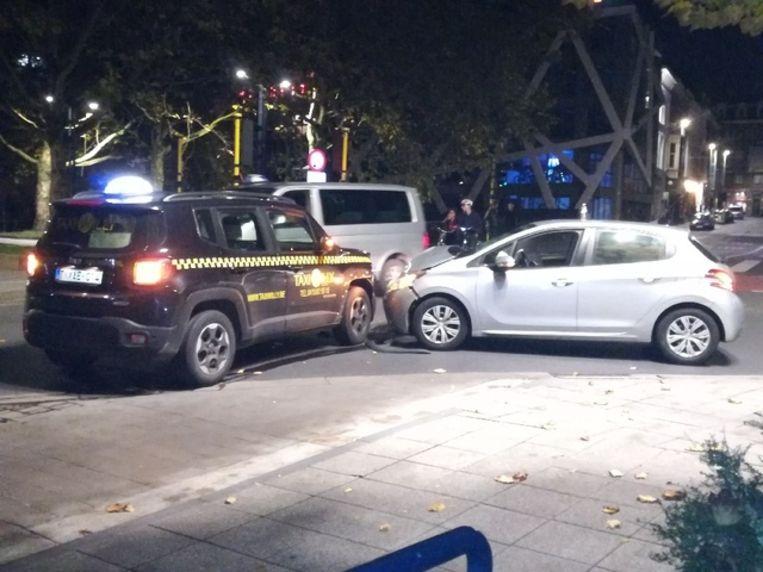 De Peugeot was volgens de eerste vaststellingen in fout, dus de inzittenden sloegen op de vlucht.