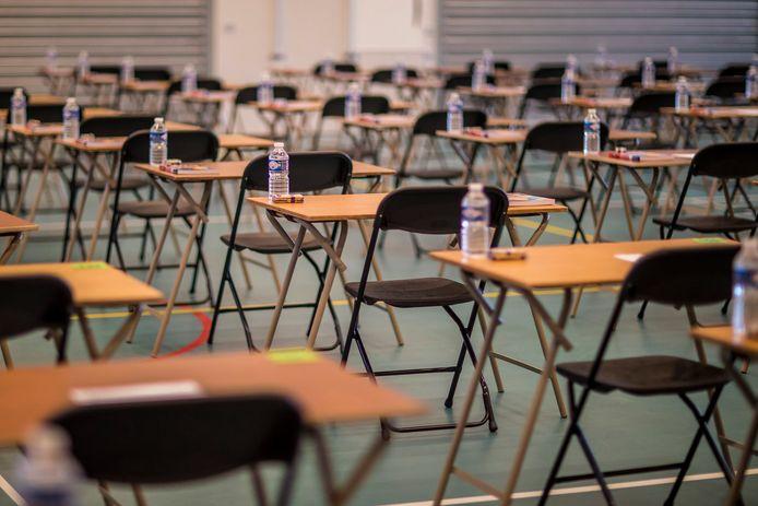 Examenzalen zullen hoogstwaarschijnlijk leeg blijven. Er is nog een kleine kans dat na de meivakantie op bescheiden schaal schoolexamens ook echt op school plaatsvinden. Maar scholen zelf bereiden zich erop voor dat alles op afstand, digitaal, bij leerlingen thuis gebeurt.
