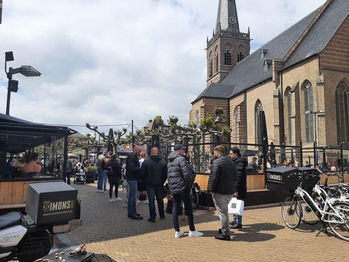 Een rij vormt zich bij Stadscafe Simons in Doetinchem om op het terras te kunnen.