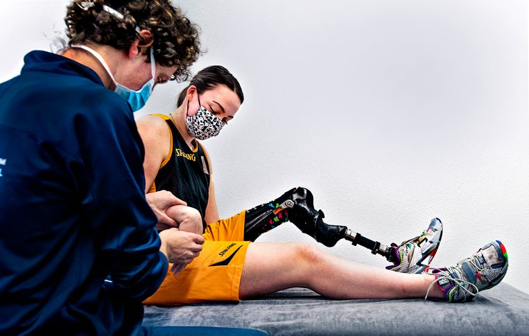 Peter Dijkstra, fysiotherapeut voor de olympische ploeg, behandelt op sportcentrum Papendal rolstoelbasketbalster Xena Wimmenhoeve voor een polsblessure. Nog 158 dagen tot de Zomerspelen van Tokio (en 172 dagen tot de Paralympische Spelen). Beeld Klaas Jan van der Weij