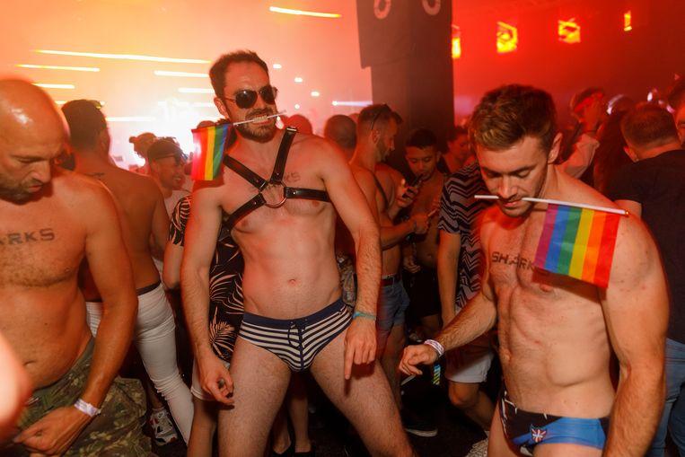 Luchtig geklede heren 'having big fun' tijdens de Manchester Pride, augustus 2018.  Beeld ©Martin Parr / Magnum Photos