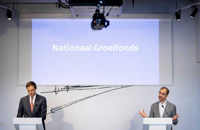 Ministers Wopke Hoekstra (Financien) en Eric Wiebes (Economische Zaken) presenteren een investeringsfonds waarmee het kabinet onder meer geld in vergroening, infrastructuur en onderzoek willen steken.  Beeld ANP