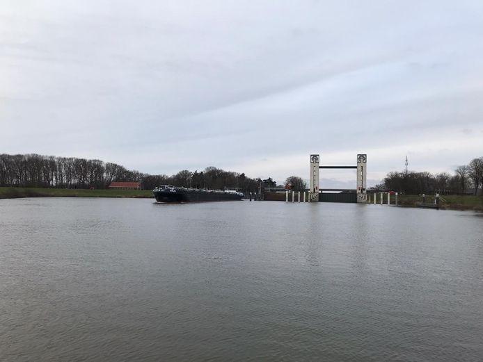 Een binnenvaartschip komt naast de keersluis uit de schutsluis die het waterpeil in het Maas-Waalkanaal op de juiste hoogte houdt.