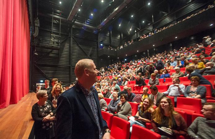 De eerste mensen in het nieuwe theater De Blauwe Kei op de Noordkade in Veghel voor de voorstelling van cabaretier Mark van de Veerdonk.