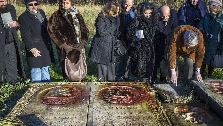 Portugees bezoek aan de grafstenen op Beth Haim in 2014. Beeld Marc Driessen