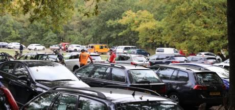 Soest en Baarn gaan volle parkeerterreinen te lijf met verkeersregelaars en dringende oproep: 'Kom niet met de auto'