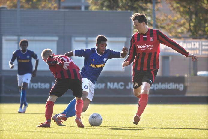 Boeimeer-speler Giliano Lenz (midden, blauwe shirt) in actie.