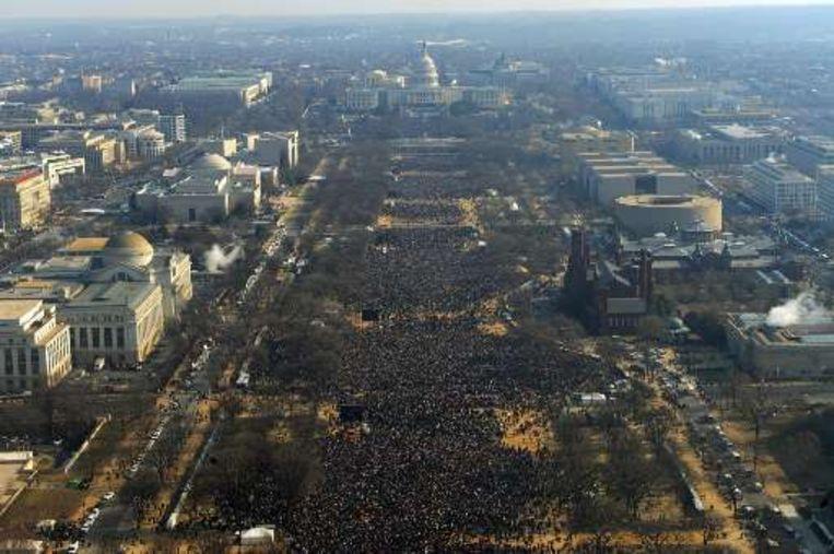 Naar schatting twee miljoen mensen woonden de eedaflegging van Obama aan Capitol Hill bij. Beeld UNKNOWN