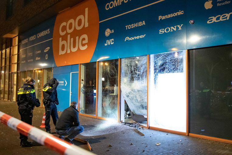 De politie onderzoekt de façade van een Coolblue-vestiging aan het Europaplein in Utrecht nadat er een plofkraak heeft plaatsgevonden. Volgens de gemeente wordt geld uit plofkraken gebruikt voor investeringen in de drugshandel. Beeld ANP