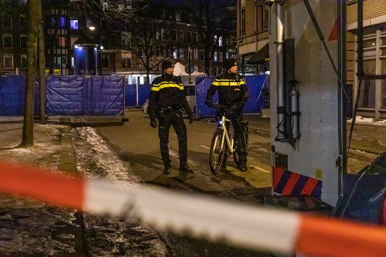 Bij een schietpartij op hoek van de Van der Hoopstraat en het Van Limburg Stirumplein in West is zondagavond Roudile Paquay om het leven gekomen.  Beeld Dingena Mol