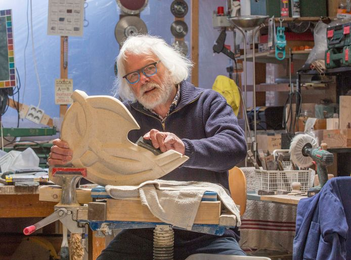 Kunstenaar Jan Kettelerij aan het werk in zijn atelier in het Thoolse buitengebied.