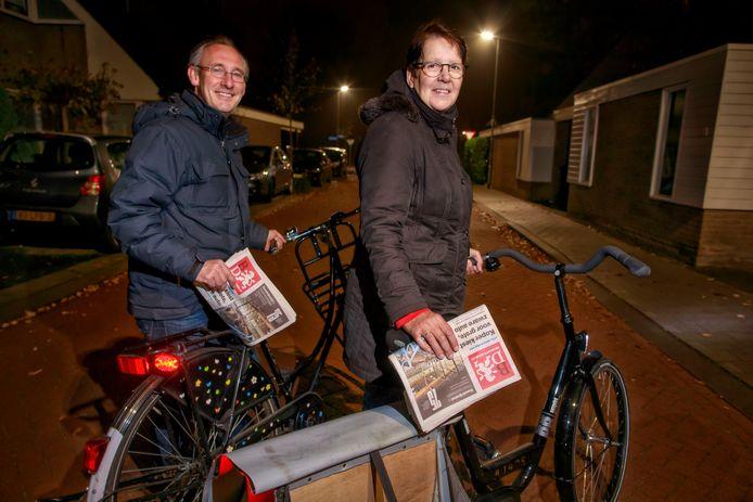 Goirle, hoofdredacteur Lucas van Houtert met bezorgster.