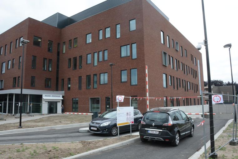 De nieuwe ondergrondse parking met 150 plaatsen werd gisteren in gebruik genomen. De in- en uitrit bevindt zich tijdelijk langs de Oude Zandstraat, net als de ingang van het ziekenhuis.