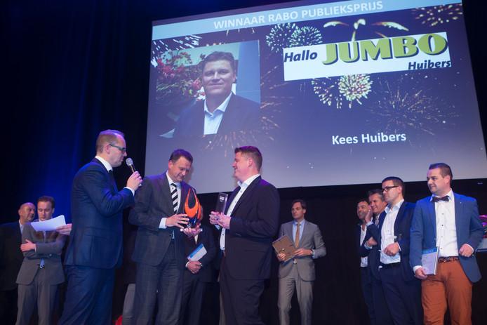 Kees Huibers neemt de Business Award Veenendaal in ontvangst. De uitreiking was eind november.