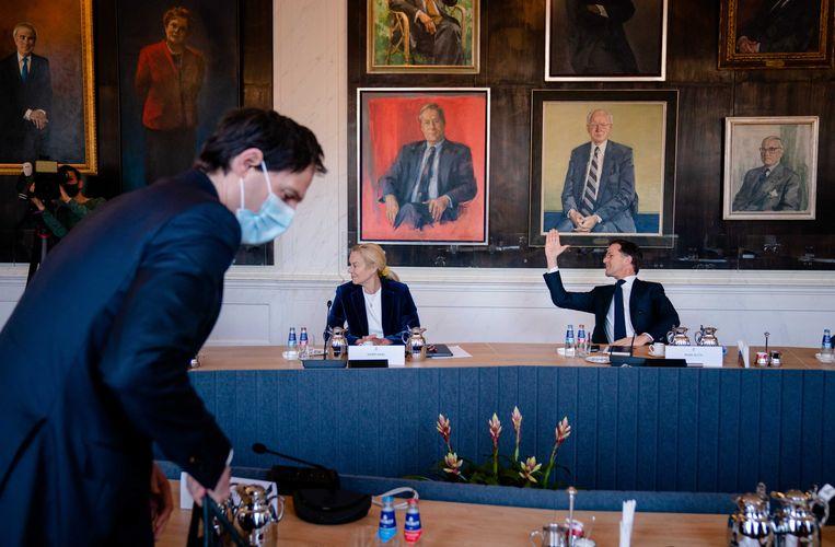 Thierry Baudet (FvD), Sigrid Kaag (D66), Wopke Hoekstra (CDA) en Mark Rutte (VVD) tijdens een bijeenkomst met Tweede Kamervoorzitter Khadija Arib. Beeld ANP