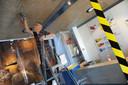 Onno Bakker, directeur van het Zeeuws maritiem muZEEum, bevestigt een spatscherm bij de kassa's.