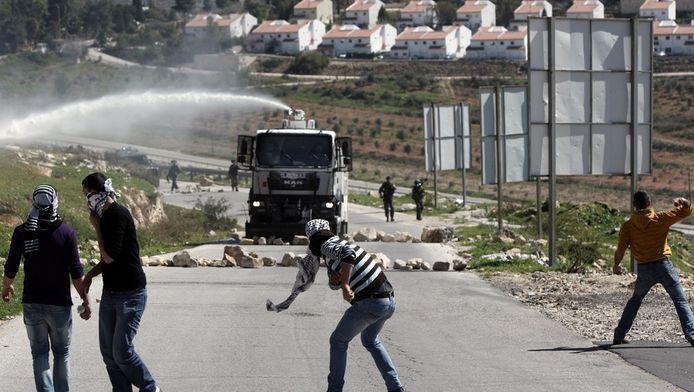 Het bekende beeld van de strijd om de Westelijke Jordaanoever.