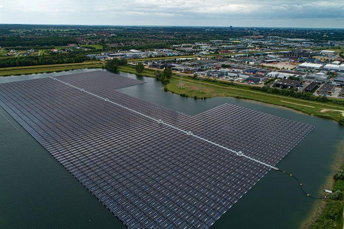 De Sekdoornse Plas bij Zwolle ligt voor een flink deel vol met drijvende zonnepanelen.