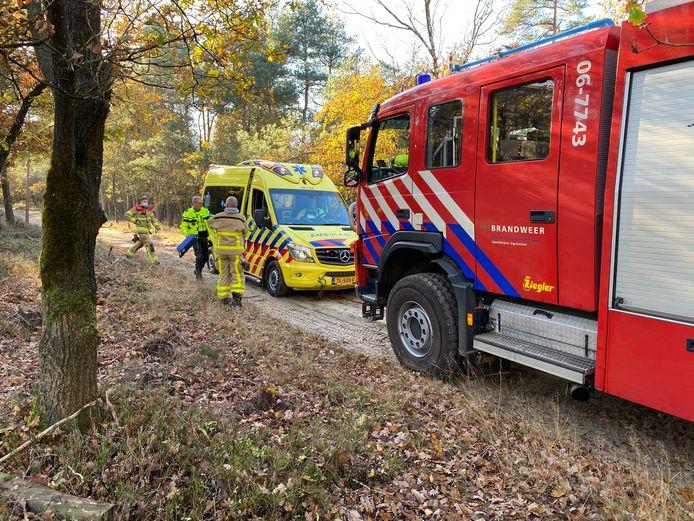 Een brandweerwagen moest er aan te pas komen om de vastgelopen ambulance uit het bos te krijgen.
