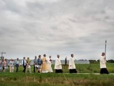 Pelgrims trekken in Ulicoten samen op met en voor St. Bernardus