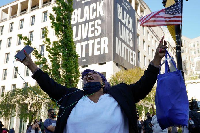 Een vrouw in Washington schreeuwt het uit van vreugde nadat het vonnis bekendgemaakt wordt.