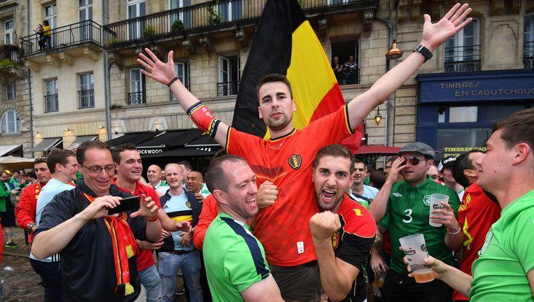 Belgische supporters samen met die van Noord-Ierland. Beeld photo_news
