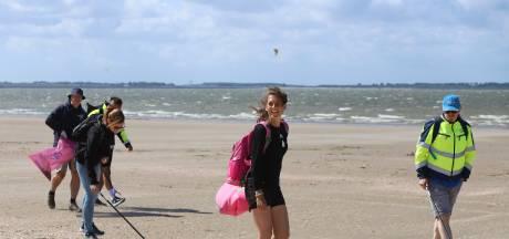 Vrijwilligers ruimen strand Rockanje en Oostvoorne op: 'We zijn geïnspireerd door Bassie en Adriaan'