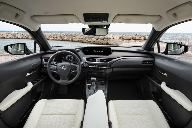 De cockpit bevat te veel knoppen. Wel heel fijn is de relatieve stilte - Lexus heeft met succes veel aandacht besteed aan het reduceren van lawaai; de elektromotoren helpen daar natuurlijk ook bij. Beeld
