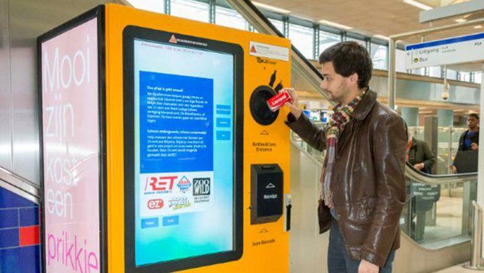 De statiegeldautomaat zoals hij staat op de stations Schiedam en Alexander.