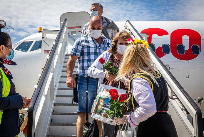 Nederlandse vakantiegangers arriveren op het vliegveld in Bulgarije. De Nederlanders vlogen eerder op de dag met de eerste vakantievlucht van Corendon na de coronastop naar Bulgarije.