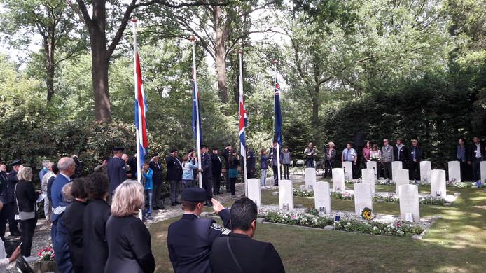 Kinderen van groep 8 van de basisscholen, die de graven hebben geadopteerd, hesen de vlaggen tijdens de Fallen Airmen Memorial in Markelo.
