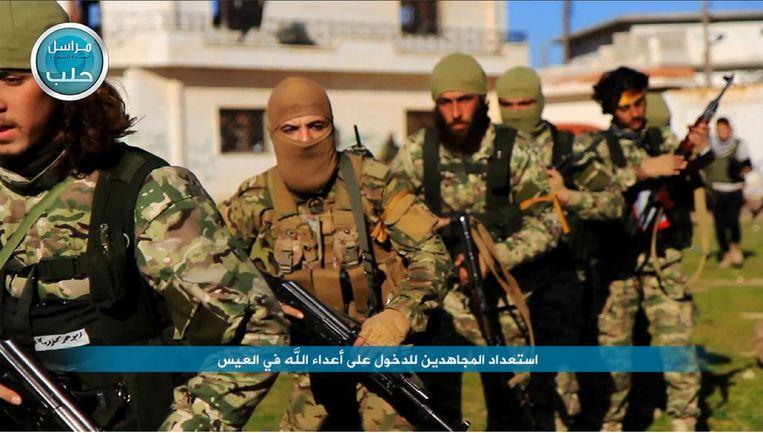 Soldaten van de aan Al Qaida gelinkte groep Al Nusra zijn onderweg naar een dorp in het noorden van Syrië. Beeld AP