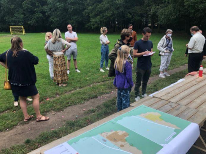 De bewoners maken kennis met de nieuwe plannen voor Het Paalbos in Assebroek.