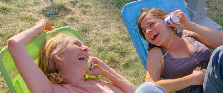 Christine en Marie praten uiteindelijk met elkaar via een ouderwetse blikjestelefoon.  Beeld Filmdepot