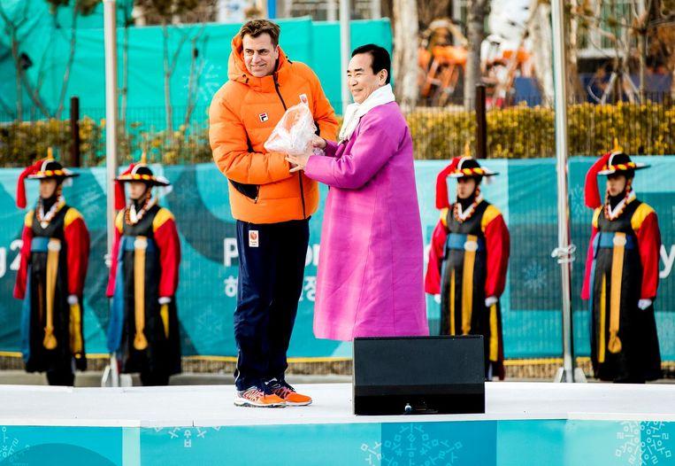 Chef de mission Jeroen Bijl en Kim ki-hoon, burgermeester van het olympisch dorp tijdens de welkomsceremonie van TeamNL op donderdag. Beeld anp