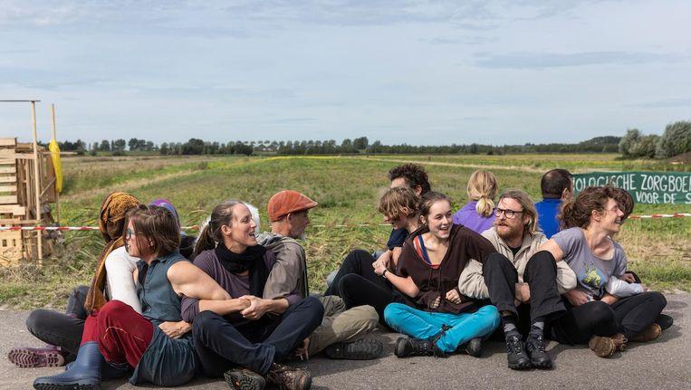 Het Lutkemeerleger in actie. De actievoerders vrezen dat Boerderij de Boterbloem plaats moet maken voor bedrijventerrein Lutkemeer III Beeld Dingena Mol