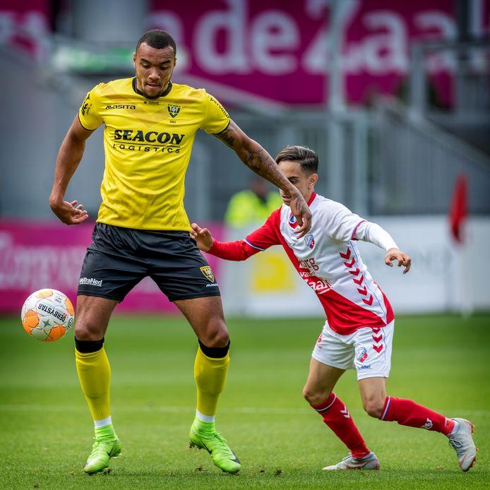 Jay-Roy Grot (links) in dienst van VVV Venlo in duel met Othmane Boussaid van FC Utrecht.