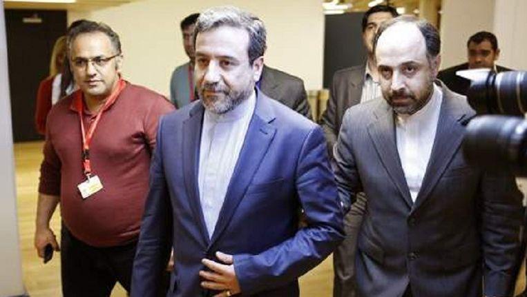 De Iraanse viceminister van Buitenlandse Zaken Abbas Araghchi (midden) na nieuwe gesprekken met de P5+1 in Wenen