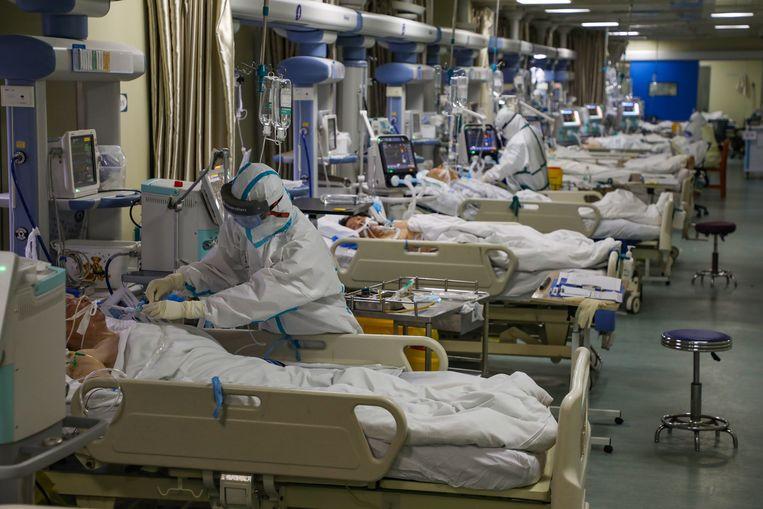 Artsen aan het werk op een geïsoleerde ic-afdeling in een ziekenhuis in Wuhan, begin februari dit jaar.  Beeld Yuan Zheng / EPA