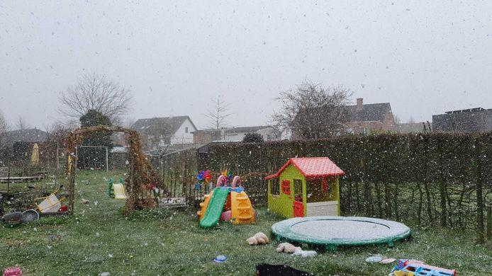 Hier staan ongetwijfeld enkele kindjes te trappelen om buiten te spelen.