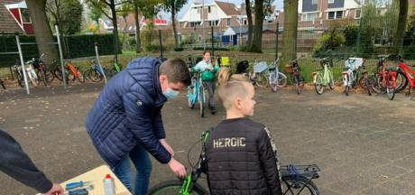 Basisschool controleert fietsverlichting: 'Het is vroeg donker, kinderen moeten goed zichtbaar zijn'